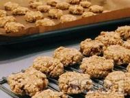 Коледни дребни сладки (бисквитки) с овесени ядки, стафиди и канела